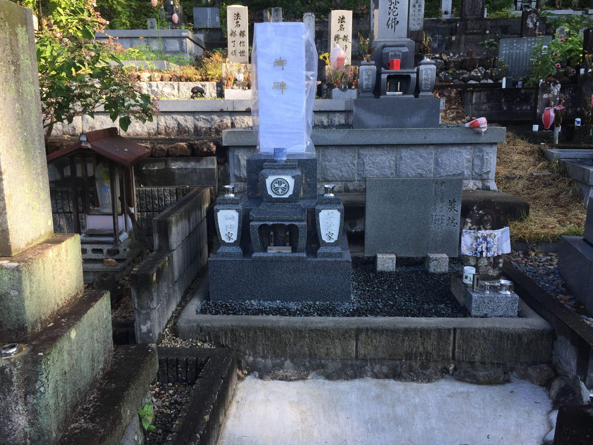 岐阜市の六本松墓地の墓石