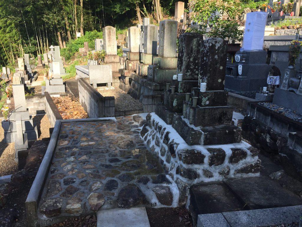 墓石とコンクリート