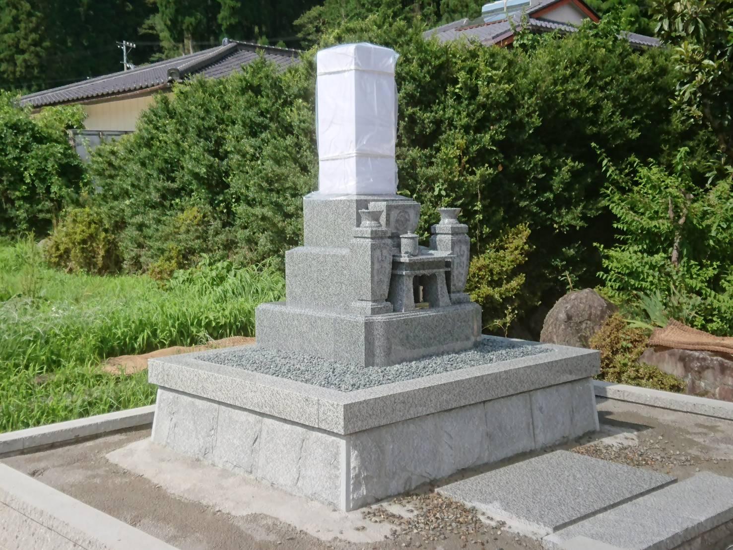 9寸墓石とケンチ石外柵