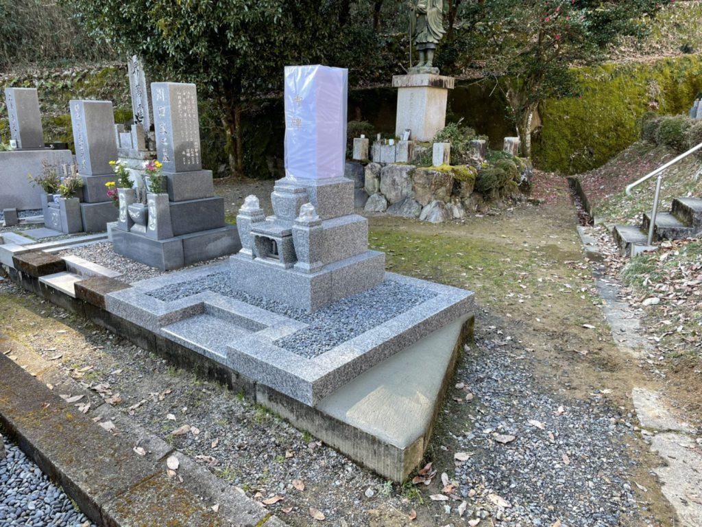 新規墓石と外柵